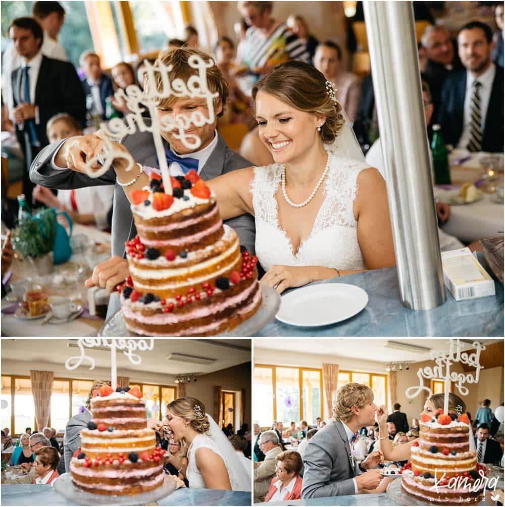 Das Anschneiden der Hochzeitstorte beim Sektempfang