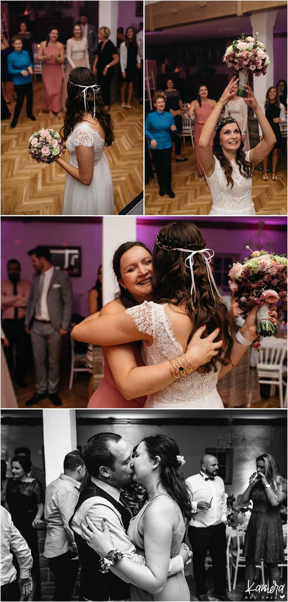 Brautstraußwurf bei Hochzeit am Landgut Stüttem
