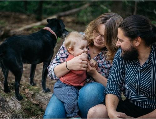 Fotoshooting mit Kind und Hund im Wald