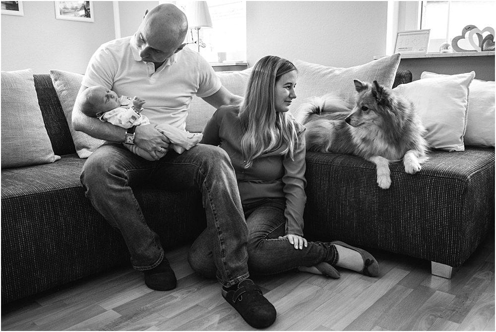 Neugeborenenshooting zuhause mit Hund in Köln