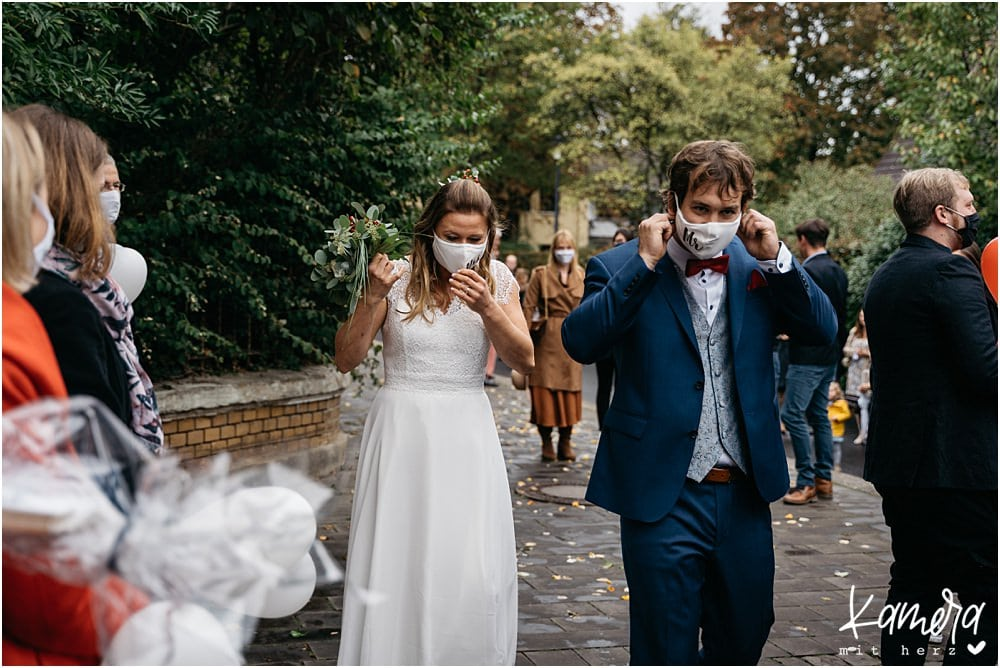 Standesamtliche Trauung in der Meys Fabrik während Corona - Brautpaar mit Maske