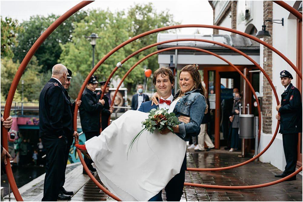 Auszug des Brautpaares aus der Meys Fabrik in Hennef begleitet von der Feuerwehr